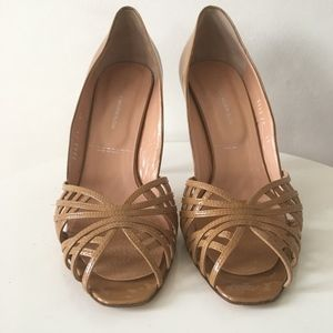 SIGERSON MORRISON NUDE PATENT LEATHER PEEP TOE HEE